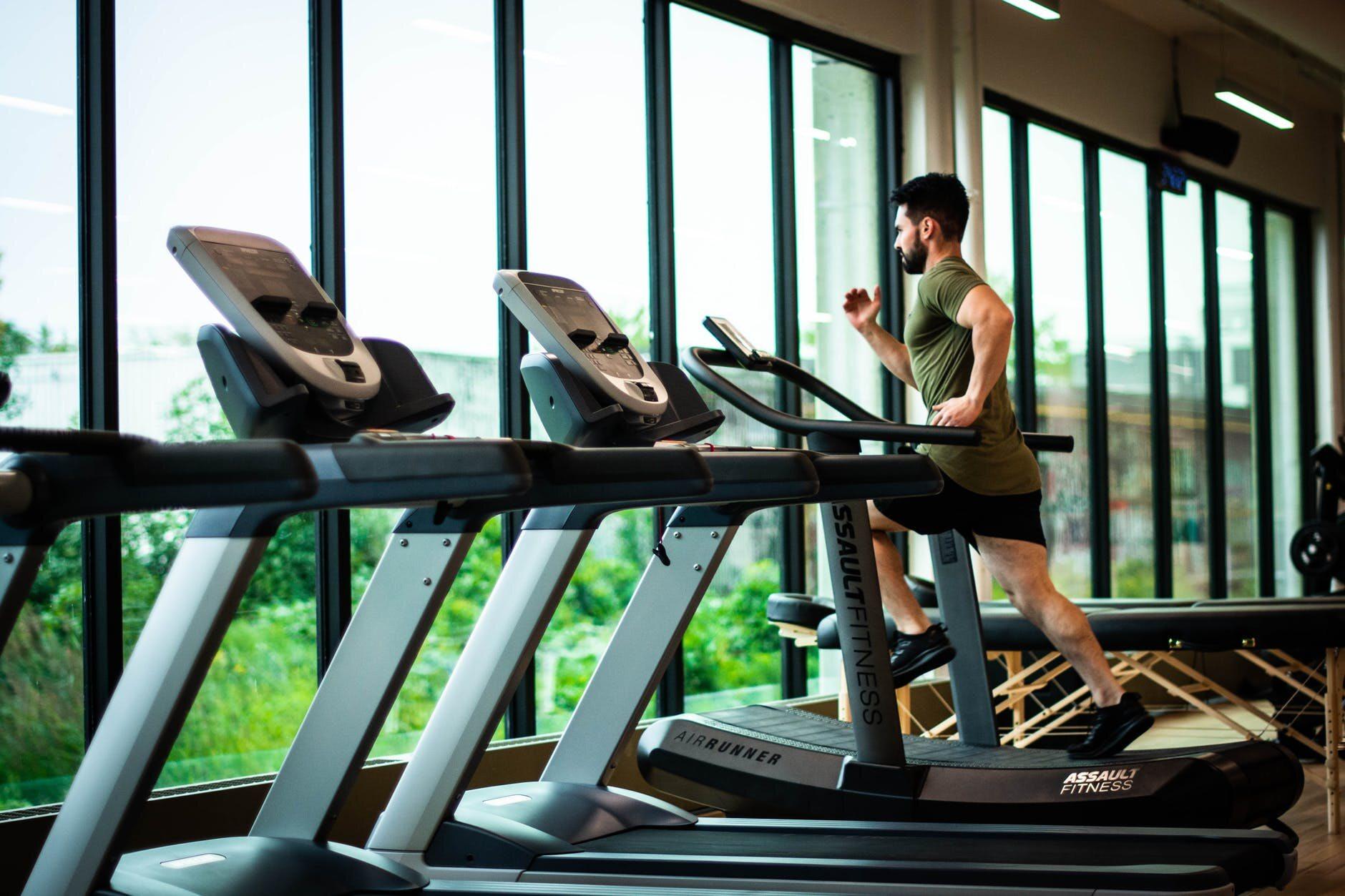 Nowe obostrzenia. Zasady działania siłowni i klubów fitness w strefach żółtej i czerwonej od 17 października